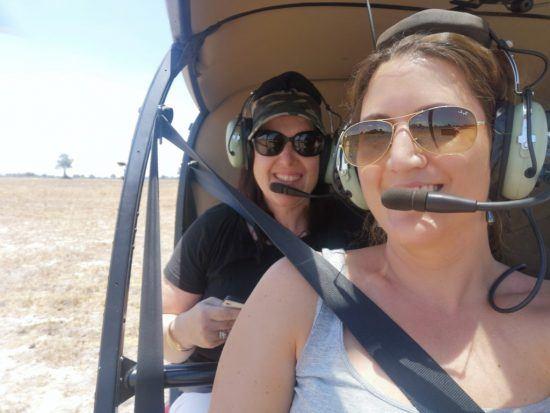 Julia Grass und Kollegin in einem Helikopter