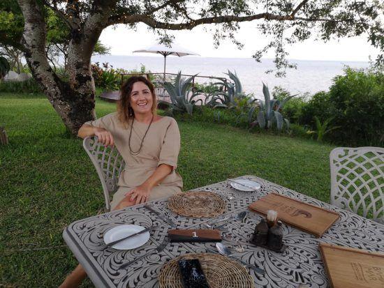 Julia Grass beim Dinner in Mosambik